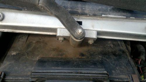 Крепление поводков привода дворников старого образца к кузову в ВАЗ-2110