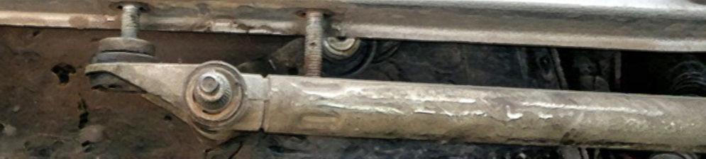 Демонтированый рычаг трапеции дворников на ВАЗ-2110