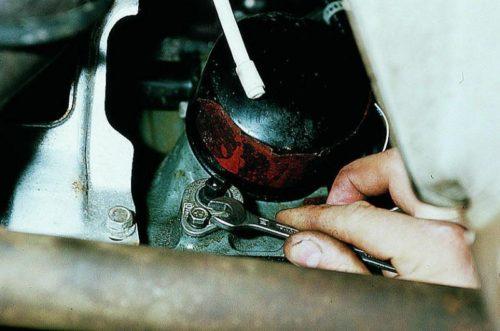 Выкручивание болта крепления датчика уровня масла ВАЗ-2110