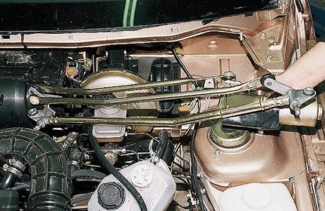 Извлечение трапеции дворников нового образца из короба воздухопритока в ВАЗ-2110