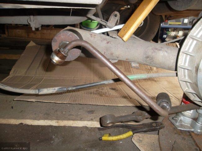 Демонтаж сайлентблока задней балки с помощью съемники в ВАЗ-2110