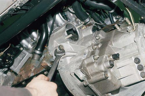 Выкручивание болта коробки передач из корпуса двигателя ВАЗ-2110