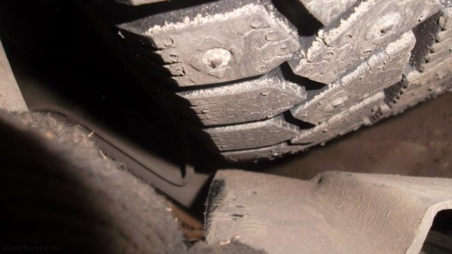 Задевание переднего колеса автомобиля ВАЗ-2110 за подкрылок вследствие износа сайлентблоков