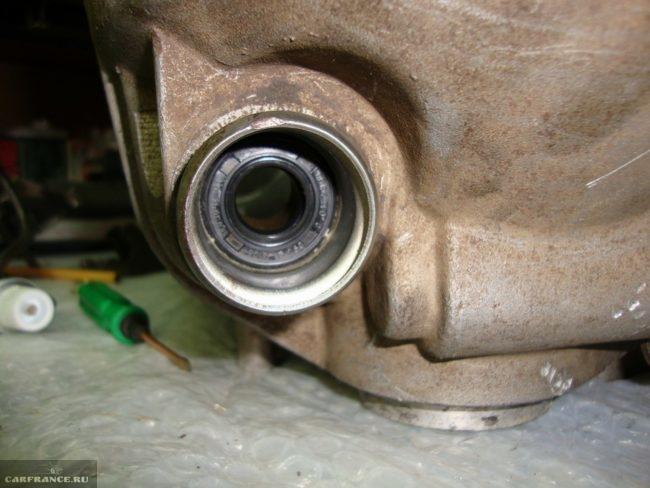 Сальник и втулка кулисы на коробке передач, снятой с автомобиля ВАЗ-2110