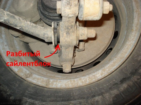 Изношенный сайлентблок на рычаге передней подвески в ВАЗ-2110