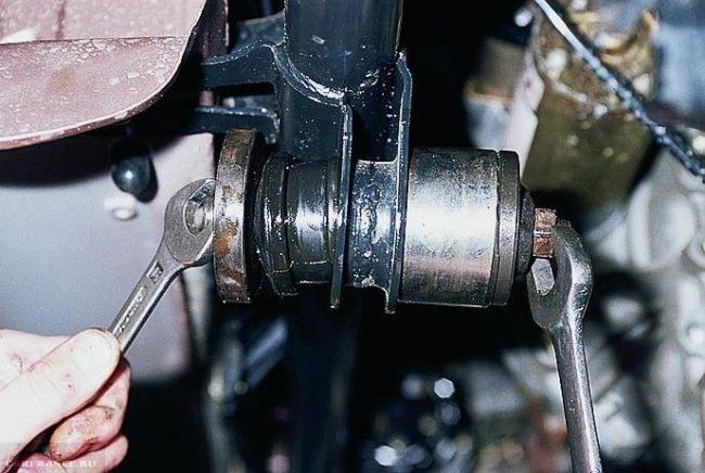 Запрессовка сайлентблоков передней балки специальным съемником в ВАЗ-2110