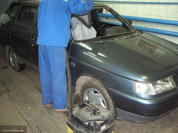 Уборка рамки лобового стекла на ВАЗ-2110 при помощи пылесоса