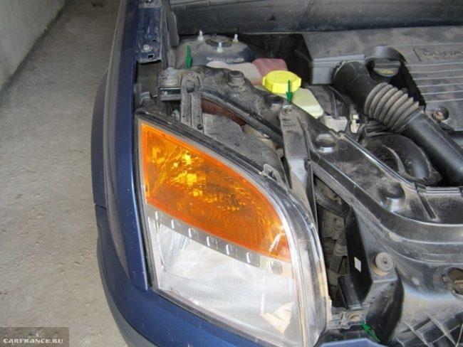 Фара Форд Фьюжн и посадочные места к кузову отмечены стрелочками