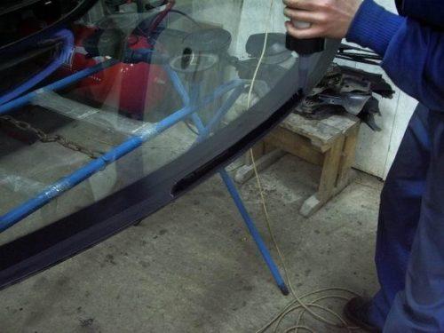 Нанесение клея на стекло.