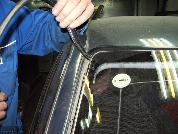 Демонтаж уплотнителя с лобового стекла на ВАЗ-2110.