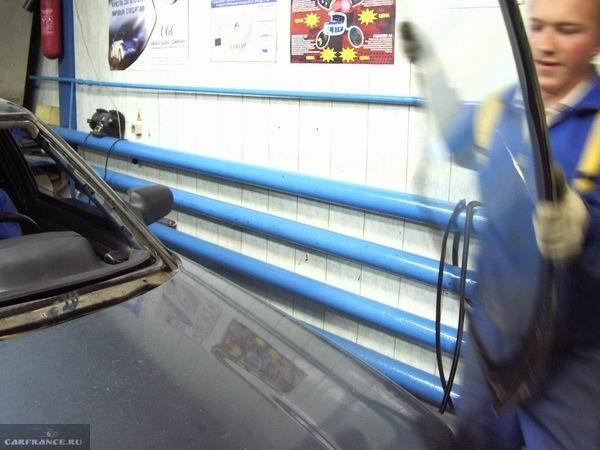 Демонтированное ветровое стекло на ВАЗ-2110