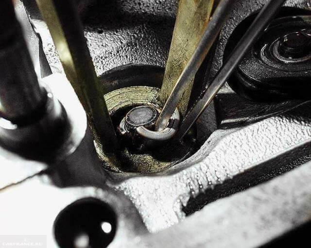 Снимаем сухари с клапанов ВАЗ-2110.