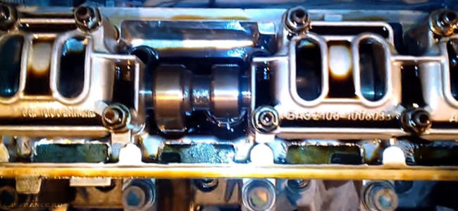 Двигатель ВАЗ-2110 8 клапанов снятая клапанная крышка внутренности