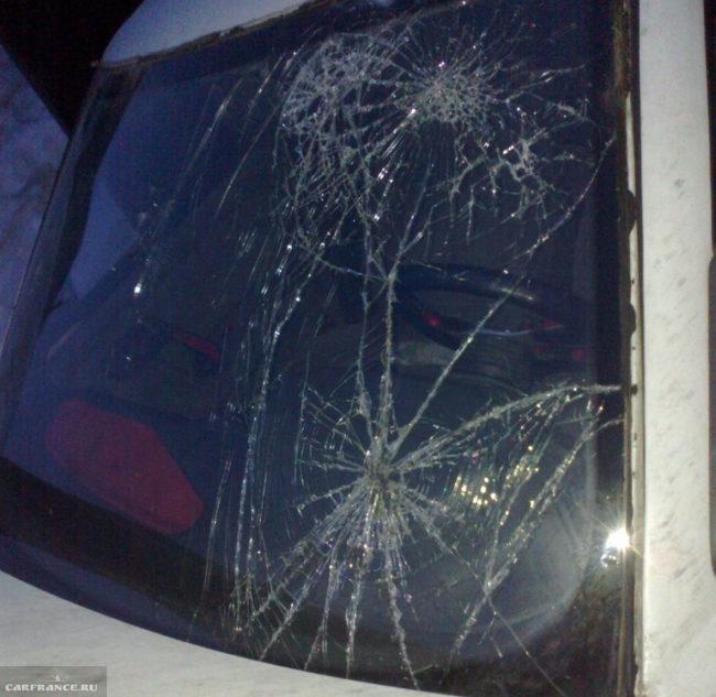 Разбитое лобовое стекло на ВАЗ-2110
