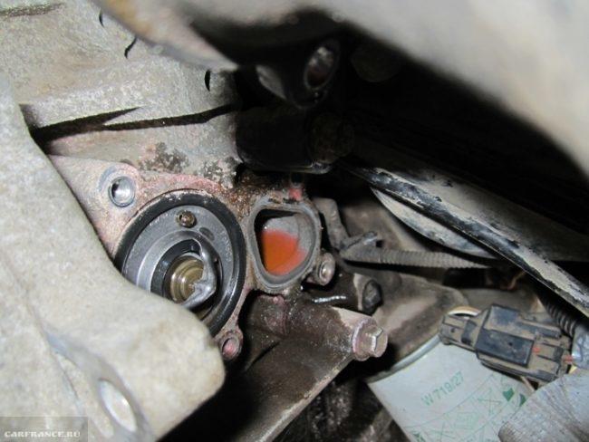 Демонтированные патрубки с термостата на Форд Фьюжн