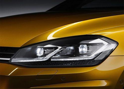 Передняя фара со светодиодной оптикой автомобиля Фольксваген Гольф 2018 года выпуска