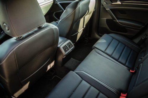 Задний пассажирские сидения внутри автомобиля Фольксваген Гольф 2018 модельного года