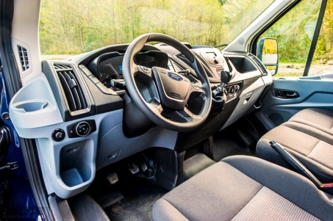Рулевое колесо и передняя панель в салоне Форд Транзит 2018 года