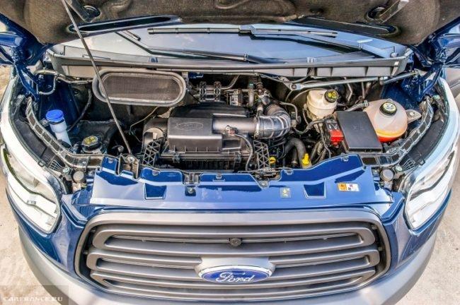 Дизельный двигатель в микроавтобусе Форд Транзит 2018 модельного года, вид с поднятым капотом