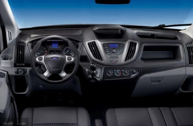 Передняя консоль в микроавтобусе Форд Транзит 2018 модельного года