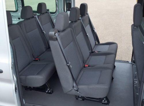 Сиденья для пассажиров в салоне микроавтобуса Форд Транзит 2018 года