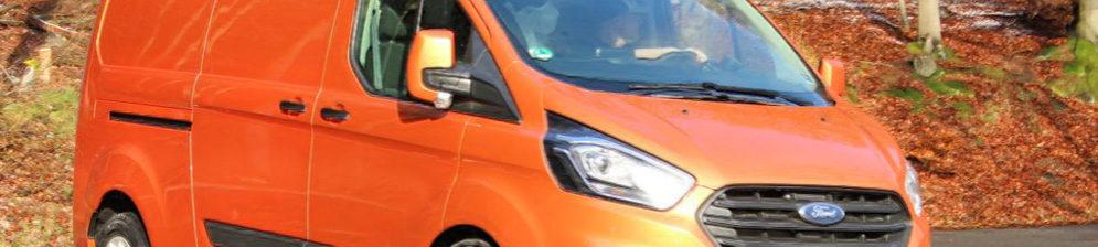 Форд Транзит 2018 модельного года выпуска в оранжевом цвете
