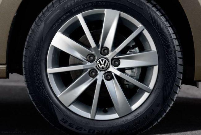 Переднее колесо с литым диском на автомобиле Фольксваген Поло седан 2018 года