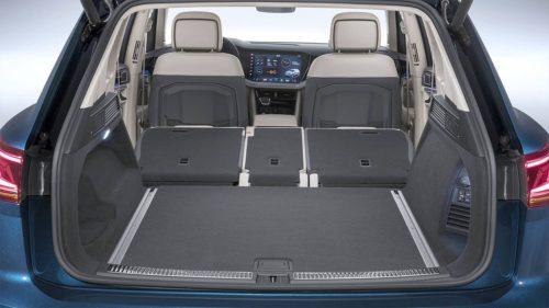 Багажный отсек при разложенных сидениях в автомобиле Фольксваген Туарег 2018 года