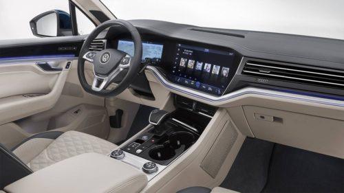 Фото центральной консоли в салоне автомобиля Фольксваген Туарег 2018 модельного года