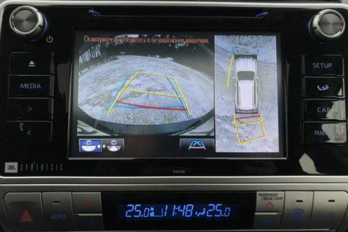 Центральный дисплей в режиме работы камеры кругового обзора в новом Тойота Прадо 2018 года