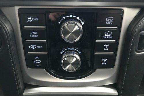 Клавиши управления режимами работы трансмиссии в салоне Тойота Прадо 2018 модельного года