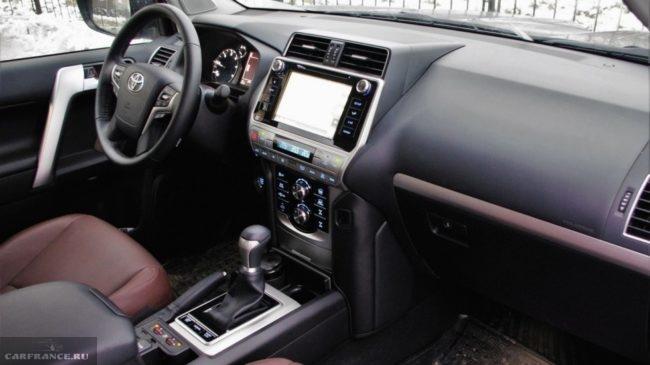 Кожаная отделка рычага переключения передач в новом Тойота Прадо 2018 года