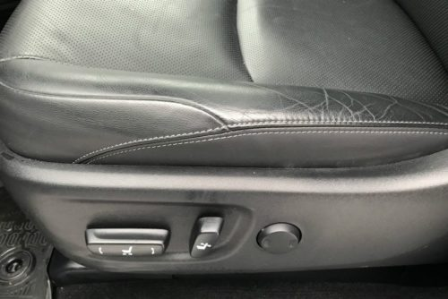 Рукоятки регулировки передних сидений в обновленном внедорожнике Тойота Прадо 2018 года