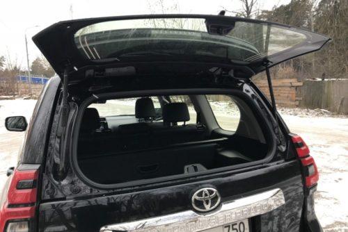 Поднятое стекло багажника кроссовера Тойота Прадо 2018 года