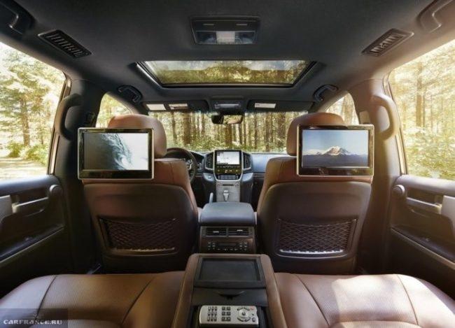 Мониторы мультимедийной системы для задних пассажиров в новом Тойота Прадо 2018 года
