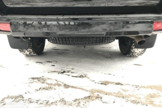 Запасное колесо под задним бампером автомобиля Тойота Прадо 2018 года