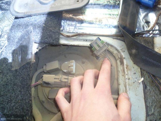 Топливный насос в бензобаке автомобиля ВАЗ-2110, вид со снятым лючком