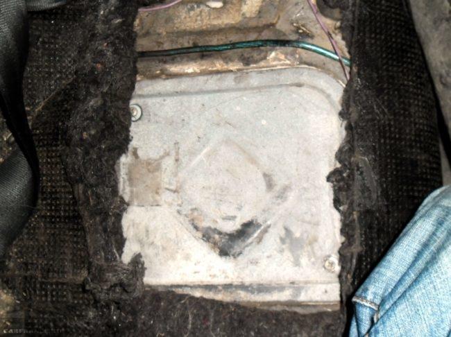 Лючок доступа к бензонасосу в салоне автомобиля ВАЗ-2110