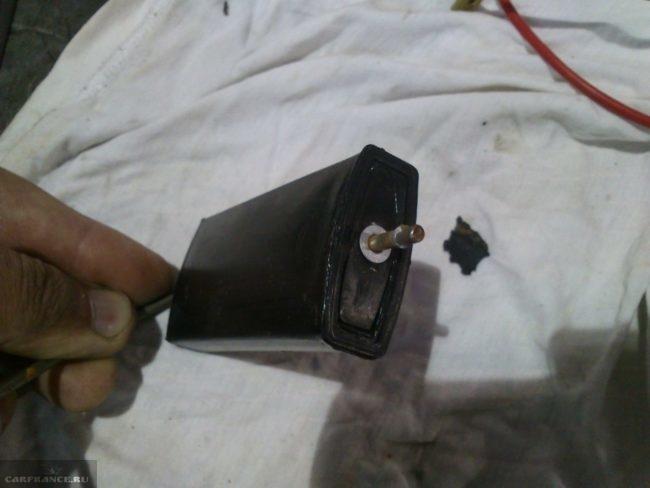 Поплавок датчика уровня топлива с трещиной на корпусе из бензобака ВАЗ-2110