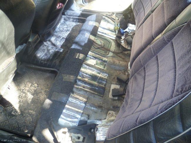Крышка отсека бензонасоса в полу кузова автомобиля ВАЗ-2110, вид со снятой подушкой сидения