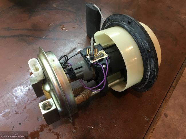 Старый бензонасос с неисправным указателем уровня топлива из ВАЗ-2110