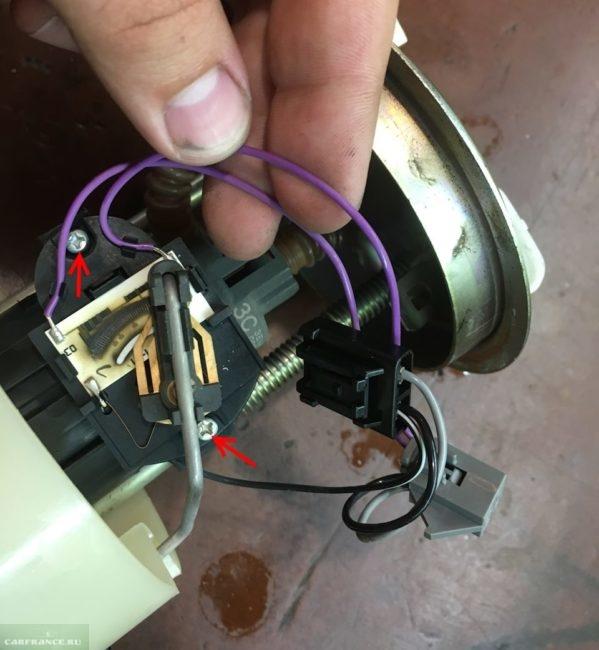 Винты крепления указателя уровня топлива к бензонасосу ВАЗ-2110