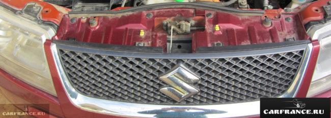 Решетка радиатора и эмблема автомобиля Сузуки Гранд Витара 2007 года выпуска