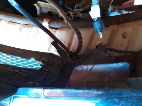 Провода и разъемы электрооборудования под передним бампером Сузуки Гранд Витара