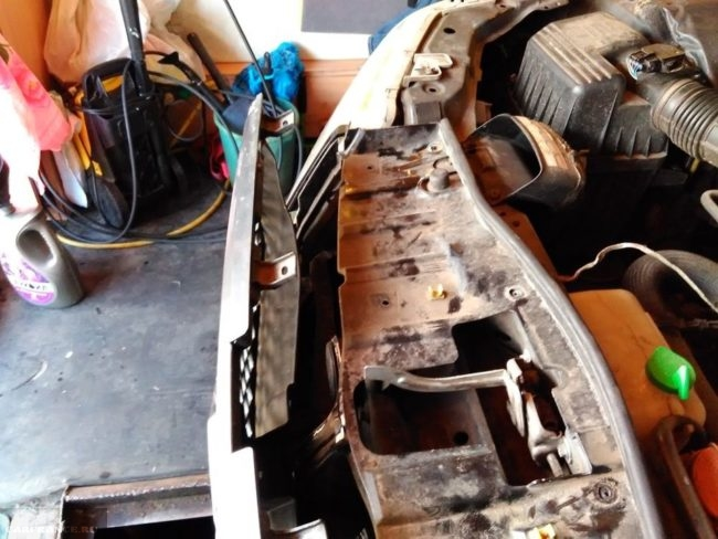 Процесс снятия решетки радиатора на автомобиле Сузуки Гранд Витара