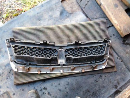Старая решетка радиатора с автомобиля Сузуки Гранд Витара