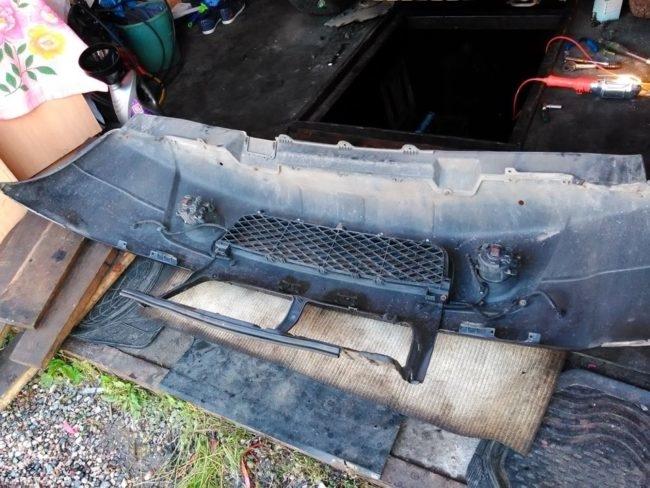 Передний бампер, снятый с черного Сузуки Гранд Витара для ремонта