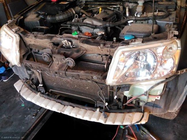 Передняя часть с радиатором и фарами автомобиля Сузуки Гранд Витара, вид без бампера