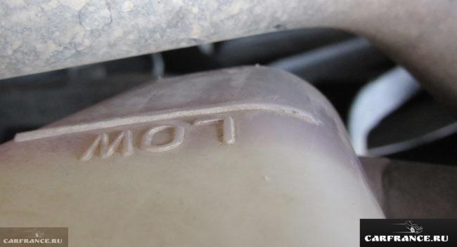 Вид в бачке омывателя смешанных антифризов Сузуки Гранд Витара 2,0 АКПП 2007 года выпуска