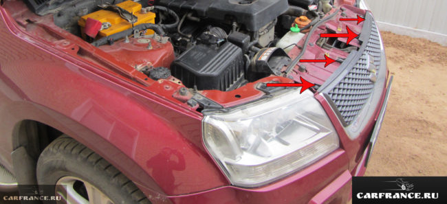 Расположение пистонов крепящих решётку радиатора к кузову на Сузуки Гранд Витара 2007 год выпуска
